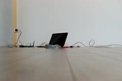 Соединяющ и устанавливающ интернет в новой квартире стоковое изображение