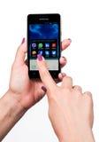 Соединяясь люди всемирно с социальным app Стоковое Изображение RF