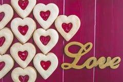 Сожмите заполненные печенья и чай сердца дня валентинок Стоковая Фотография RF