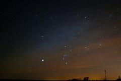 Созвездие Орион в звёздном небе в пасмурном помохе Стоковая Фотография RF