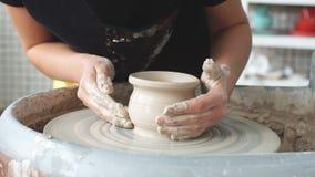 Создавать глиняный горшок горшечник Мастерская глины Глина на приборе оригинал Руки работая на гончарне катят, формирующ глиняный сток-видео