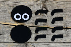 Создавать орнамент паука хеллоуина войлока шаг Отрежьте черно-белые детали войлока для того чтобы создать игрушку паука хеллоуина Стоковое Изображение RF