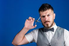Создайте ваш стиль Мужскые бородатые ножницы владением парикмахера отрезали волосы Концепция обслуживания парикмахерскаи Владение стоковые изображения