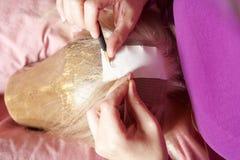 Создатель парика работая в ее мастерской Стоковые Фотографии RF