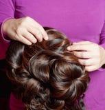 Создатель парика работая в ее мастерской Стоковые Изображения