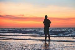 Созерцание на тропическом пляже стоковые фотографии rf