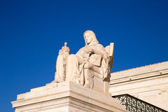 Созерцание статуи правосудия: Статуя перед стоковые изображения rf
