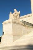 Созерцание статуи правосудия: Статуя перед стоковые фотографии rf