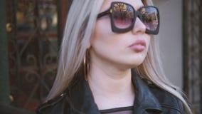 Созерцание умного городского женского положения думая акции видеоматериалы