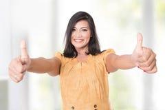 Созрейте азиатская женщина представляя на камере показывая 2 большого пальца руки вверх Стоковое Изображение