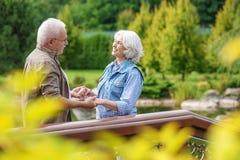 Созрейте датировка супруга и жены в парке Стоковые Изображения RF