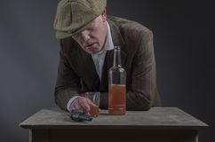 Созрейте виски викторианского гангстера выпивая и полагаться против таблицы Стоковые Фотографии RF