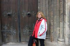 Созрейте ирландские выражения женщины, портрет против старинного здания стоковое фото rf