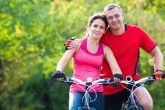 Созрейте пары на велосипеде стоковое фото rf