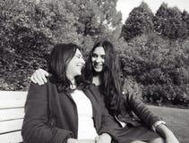 Созрейте реальная мать с дочерью вне падения осени в парк стоковое фото