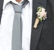 Созрейте groom получая пожененный на пляже стоковые изображения