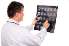 Созретая голова MRI азиатского врача неврологии рассматривая отображает стоковое фото rf