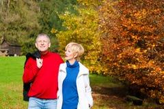 Созретые человек и женщина в парке для прогулки стоковое фото