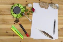 Создавать истории успеха Ручки в офисе на таблице Исповедь влюбленности для writte дня валентинки Стоковые Фотографии RF