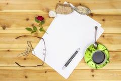 Создавать истории успеха Ручки в офисе на таблице Исповедь влюбленности для writte дня валентинки Стоковые Фото