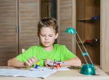 Создавать модельный самолет Счастливый мальчик делая модель воздушных судн Концепция хобби Стоковое Фото