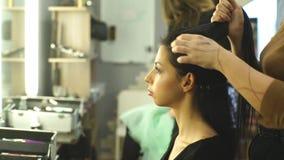 Создавать парикмахер стилей причёсок на салоне Крытая съемка видеоматериал