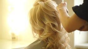 Создавать парикмахер стилей причёсок на салоне Крытая съемка сток-видео