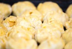 Созданные плюшки и пироги лежат на смазанном листе выпечки Стоковое Изображение RF