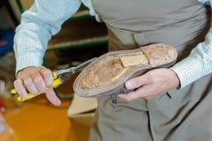 Создатель ботинка подготавливая ботинок стоковое фото rf