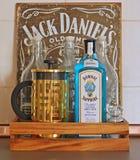 Создатель чая, джин, пустые бутылки в подносе стоковые изображения