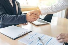 Соискатель имея интервью, гостеприимсво для того чтобы объединяться в команду бизнесмены Стоковое Изображение