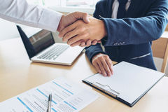 Соискатель имея интервью, гостеприимсво для того чтобы объединяться в команду бизнесмены Стоковые Фотографии RF
