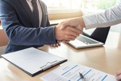 Соискатель имея интервью, гостеприимсво для того чтобы объединяться в команду бизнесмены Стоковая Фотография RF