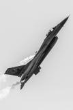 Сокол F-16 пакистанских Военно-воздушных сил PAF General Dynamics воюя, airshow над Исламабадом, Пакистаном Стоковое Фото