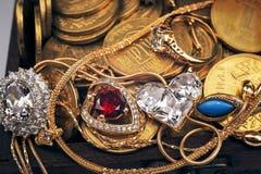 Сокровища в деревянном комоде Стоковое Изображение
