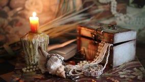 Сокровище пирата в свете горящей свечи сток-видео