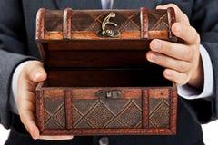 сокровище удерживания руки комода Стоковая Фотография RF