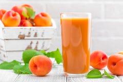 Сок абрикоса и свежие фрукты Стоковое фото RF