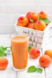 Сок абрикоса и свежие фрукты Стоковое Изображение RF