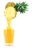 Сок ананаса лить вне от плодоовощ в стекло Стоковое Изображение