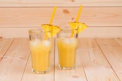 Сок ананаса на деревянной предпосылке Стоковая Фотография
