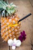 Сок ананаса с орхидеей в свежих фруктах Стоковые Фото