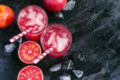 Сок апельсина крови, половины плодоовощ и лед, взгляд сверху, космос для Стоковое Фото