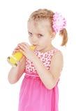Сок белокурой девушки выпивая от большого стекла Стоковые Фотографии RF