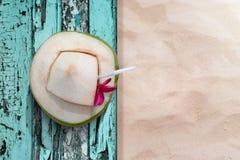 Сок воды кокоса кладет на пляж в временени, se деревянного стола Стоковое фото RF