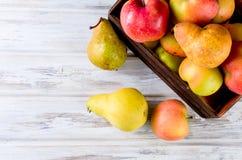 Сок в стеклянном и зрелые яблоки и груши на деревянном столе Стоковые Изображения