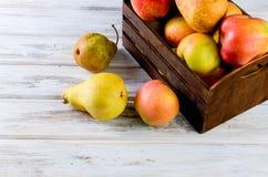 Сок в стеклянном и зрелые яблоки и груши на деревянном столе Стоковая Фотография RF