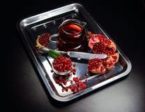 сок гранатового дерева и венисы на блюде металла с чайником Стоковые Изображения RF