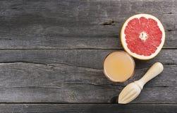 Сок грейпфрута в стеклянном стекле на темной деревянной предпосылке Верхняя часть v Стоковое Изображение RF