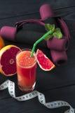 Сок грейпфрута, измеряя лента и гантели Стоковые Фотографии RF
